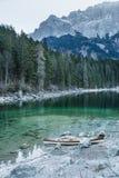 Canoe no lago azul calmo, Aibsee, Alemanha fotos de stock