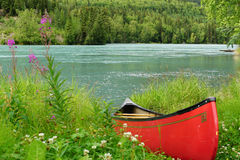 Canoe on the rivers edge Stock Photos