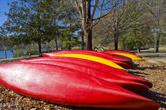 Canoe rosse e gialle Immagine Stock