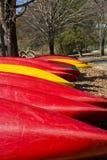 Canoe rosse e gialle verticali Fotografie Stock