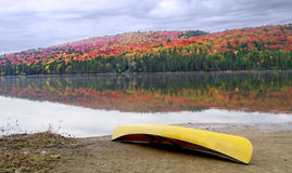 Canoe on shore with Autumn Colours Royalty Free Stock Images