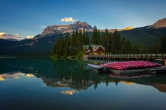 Canoe su bello Emerald Lake in Yoho National Park, Canada Immagine Stock Libera da Diritti