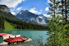 Canoe su un bacino nel bello lago verde smeraldo fotografie stock libere da diritti