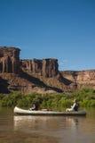 Canoe sul fiume, sulla madre e sulla figlia del deserto immagine stock