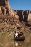 Canoe sul fiume, sulla madre e sulla figlia del deserto immagine stock libera da diritti