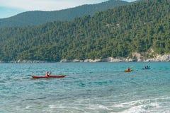 Canoe sulla spiaggia di Kastani, isola di Skopelos immagine stock libera da diritti