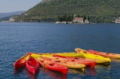 Canoe variopinte nel golf del mare Fotografie Stock