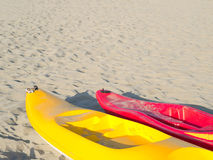 Canoe variopinte su una spiaggia sabbiosa leggera Immagine Stock