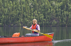 canoeing детеныши женщины стоковое фото