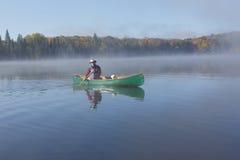 Canoeing на озере осен Стоковая Фотография