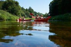 Canoeing рекой Литва рекой Minija стоковое изображение