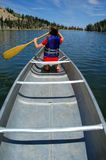 Canoeing au lac Photos stock