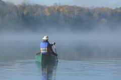 Canoeing auf Autumn Lake Lizenzfreies Stockfoto