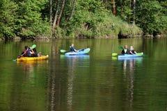 Canoeing auf dem Fluss lizenzfreies stockfoto