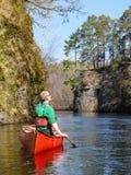 Canoeing auf einem Fluss Lizenzfreies Stockfoto