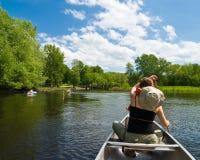 Canoeing auf einem kleinen Fluss lizenzfreies stockbild