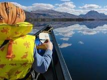 Canoeing auf einem Loch Lizenzfreies Stockbild
