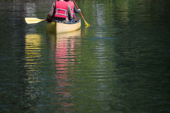 Canoeing auf grünem See Stockfotos