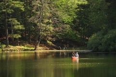 Canoeing auf ruhigem Wasser Stockfotos