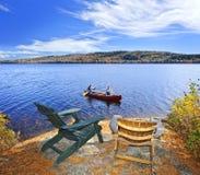 Canoeing auf See Lizenzfreies Stockfoto