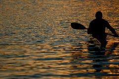 Canoeing bij schemer Royalty-vrije Stock Fotografie