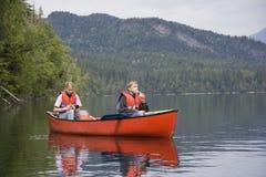 Canoeing del ragazzo e della ragazza Immagine Stock