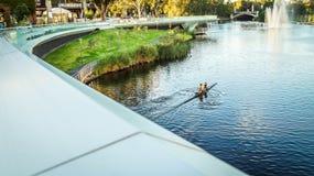 Canoeing die de brug kruisen stock fotografie