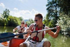 Canoeing dos jovens Fotos de Stock
