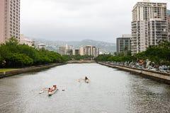Canoeing durch Ala Wai Canal, Waikiki Lizenzfreie Stockfotografie
