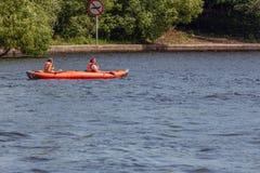 Canoeing em um rio da cidade imagem de stock