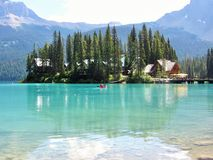 Canoeing in Emerald Lake, Canadese Rotsachtige Bergen Stock Afbeeldingen