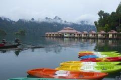 Canoeing en el lago cheo Lan en el parque de Khao Sok National, Tailandia Fotografía de archivo