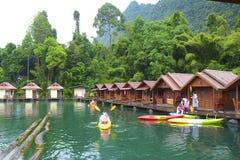 Canoeing en el lago cheo Lan en el parque de Khao Sok National, Tailandia Imagen de archivo libre de regalías