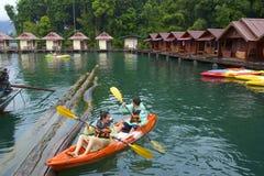Canoeing en el lago cheo Lan en el parque de Khao Sok National, Tailandia Imagenes de archivo