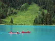 Canoeing en el lago esmeralda, Canadá Foto de archivo