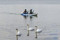 Canoeing entlang dem Fluss lizenzfreie stockfotos