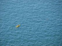 Canoeing in het blauw Stock Foto