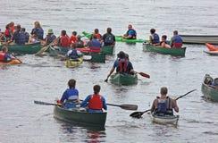 Canoeing Kayak fahren hinunter den Fluss Bann Irland lizenzfreies stockfoto