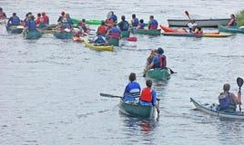 Canoeing Kayaking onderaan de rivier Bann Ierland royalty-vrije stock foto's