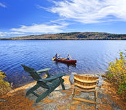 Canoeing no lago foto de stock royalty free