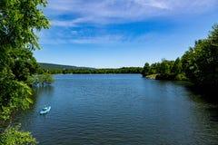 Canoeing no lago Imagens de Stock
