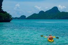 Canoeing no oceano azul imagem de stock