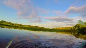Canoeing no rio, pás que entram na água, came da ação slowmotion video estoque