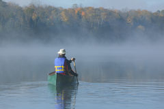 Canoeing op Autumn Lake Royalty-vrije Stock Foto
