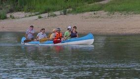 Canoeing op de rivier stock footage