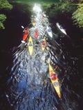 Canoeing op de stadsrivier stock fotografie