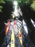 Canoeing op de stadsrivier stock foto's
