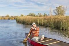 Canoeing op een meer Stock Afbeeldingen