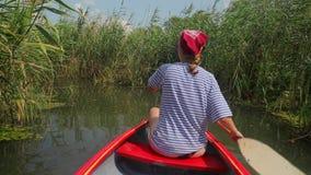 Canoeing op een meer stock video