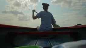 Canoeing op een meer stock videobeelden
